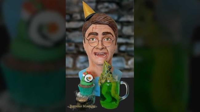 Kue buatan Lara Clarke ini menggambarkan Harry yang terkejut karena katak hijau yang muncul dari gelas. (Dok. Akun Facebook Birthday Mischief Managed).