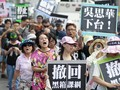 Protes Kurikulum Pro-China, Demonstran Taiwan Robek Buku