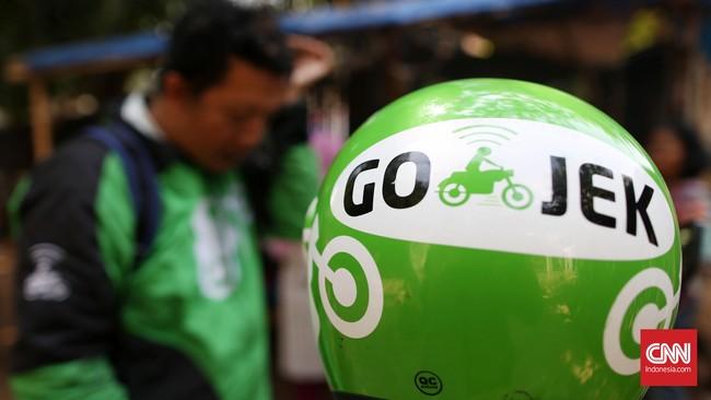 Selain jasa transportasi, Gojek juga menyediakan layanan kurir instan (Instant Courier), pembelian makanan (Go-food), dan layanan belanja (Shopping). Gojek mengambil langkah promosi dengan memberi subsidi ke pengojek dan potongan besar harga kepada konsumen. (CNN Indonesia/Safir Makki)