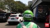 Pengemudi Gojek menjemput penumpang di kawasan Jalan Saharjo, Jakarta Selatan, Selasa, 4 Agustus 2015. Mereka identik dengan helm dan jaket berwarna hijau. (CNN Indonesia/Safir Makki)