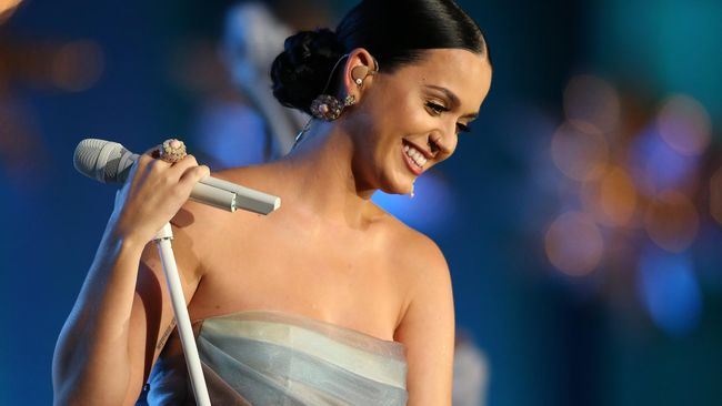 Katy Perry Jadi Sinterklas Demi Korban Kebakaran
