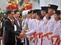 Jokowi Belum Berhenti Salami Warga Jelang Penurunan Bendera