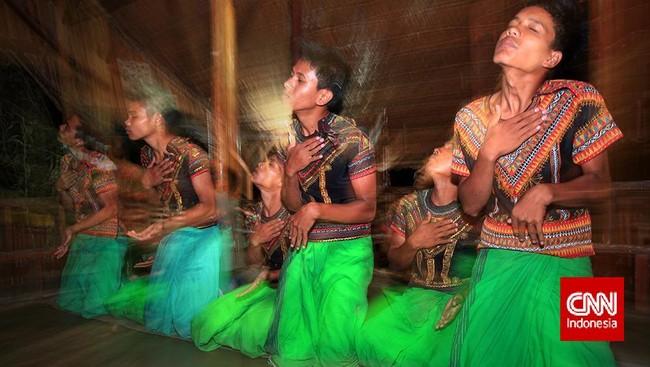 """Sejak awal, Ebbie memang bertekad menggarap satu buku utuh dan lengkap tentang 34 provinsi di Indonesia. """"Negara tetangga saja punya buku yang lengkap tentang negaranya, masa Indonesia tidak punya?"""" Maka ia pun menggarap Indonesia, A World of Treasures, buku yang lengkap tentang Aceh sampai Papua."""