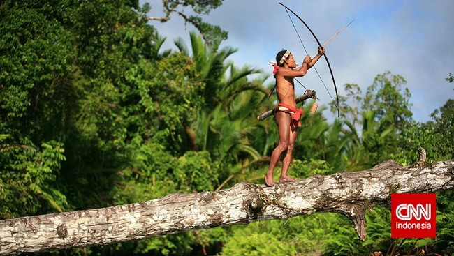 """Berbekal peribahasa """"di mana bumi dipijak, di situ langit dijungjung,"""" Ebbie tak takut berkelana ke mana pun. """"Saya datang dengan maksud baik: mengekplorasi karena ingin tahu, bukan mengubah, apalagi merusak."""" Ia menikmati cara hidup warga lokal, seperti di Sikerei, Taman Nasional Siberut, Sumatra Barat."""