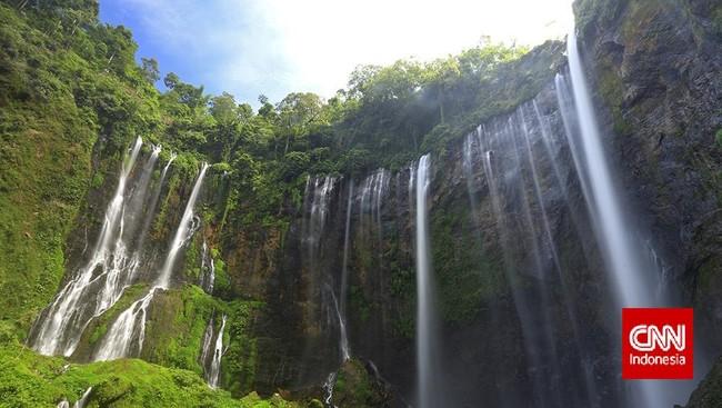 Percayakah Indonesia memiliki bukit pelangi seperti di China? Menurut Ebbie, bukit penuh warna ini ada di Nusa Tenggara Timur. Pengalaman kali ini membuat ia semakin percaya, Indonesia memang memiliki segalanya! Langkah kakinya pun terus berayun, memijak destinasi-destinasi baru, seperti air terjun Tumpak Sewu, Jawa Timur ini.