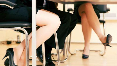 Gemar Menggerak-gerakkan Kaki Saat Duduk Pertanda Hiperaktif?