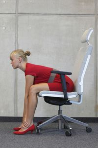 Stretching atau peregangan di pagi hari dapat menghilangkan ketegangan dan memperbaiki aliran darah. Peregangan juga bisa dilakukan di sela-sela kerja, istirahatlah setiap 30-45 menit lalu lakukan peregangan di bagian punggung dan bahu Anda. Foto: Thinkstock