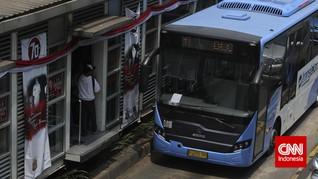 Tabrak Separator, Bus TransJakarta Terguling di Tomang