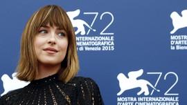 Dakota Johnson Bantah Gosip Hamil Anak Chris Martin