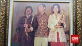 Pada 1974, Gubernur DKI Jakarta Ali Sadikin menganugerahkan penghargaan kepada Benyamin atas jasanya memajukan seni budaya Betawi lewat sejumlah karya. Setahun kemudian, pada 1975, Benyamin malah tersandung kasus gara-gara lagu Jande Tue.