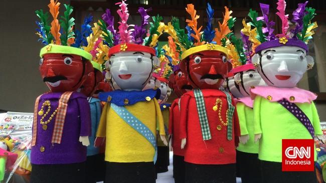 Tak hanya pernak-pernik Benyamin, di acara mengenang 20 tahun kepergian Benyamin, di Jagakarsa, Jakarta Selatan, kemarin (5/9), juga dijual pernak-pernik khas Betawi, seperti boneka ondel-ondel yang meriah dan lucu ini.