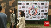 Acara mengenang 20 tahun kepergian Benyamin di Jagakarsa, Jakarta Selatan, kemarin (5/9), juga didukung sebuah yayasan yang menaungi nama sang legenda. Logonya lucu, wajah Benyamin tersenyum lebar dengan hiasan kembang kelapa di kepalanya.