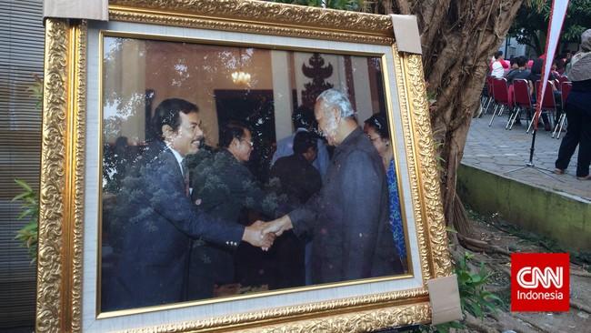 Hebatnya Benyamin. Para penggemarnya dari rakyat jelata sampai petinggi negara, termasuk Presiden RI Soeharto. Saat Benyamin, tiada, pada 5 September 1995, setelah bermain sepak bola, Soeharto pun memberikan perhatian.