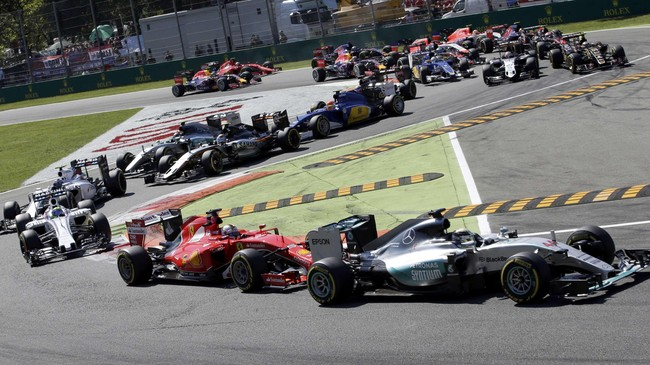 Terlepas dari urusan kontrak, Lewis Hamilton yang memegang pole position langsung melaju tak terbendung sejak tikungan pertama. Ia kemudian menjadi juara dengan keunggulan 24 detik atas Sebastian Vettel di tempat kedua. (REUTERS/Max Rossi)