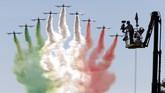 Sebelum para pengemudi Jet Darat memacu kendaraan mereka di GP Italia pada Minggu (6/9), pilot akrobatik menyajikan suguhan menarik di langit kota Monza. (REUTERS/Giampiero Sposito)