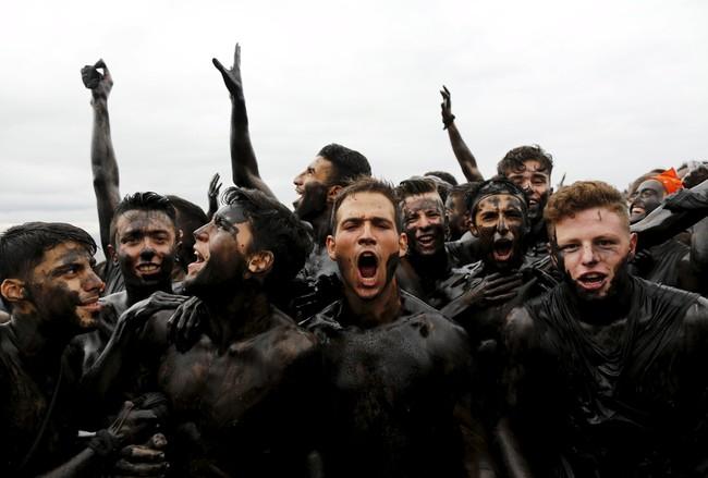 Selain dianggap festival yang aneh, festival ini dianggap juga sebagai festival paling kotor yang ada di Spanyol. (REUTERS/Marcelo del Poz).