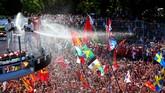 Hamilton, Vettel, dan Felipe Massa yang menduduki podium 1-3 mengatakan bahwa mereka tak ingin kehilangan Monza dan para penontonnya yang gila. (Mark Thompson/Getty Images)