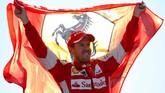 Mereka menyambut gembira podium kedua yang diraih Sebastian Vettel. Melihat gairah penonton, Vettel mengatakan bahwa itu adalah podium kedua terbaik dalam kariernya. (Charles Coates/Getty Images)