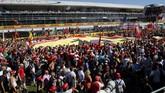 Tifosi Ferrari yang dikenal fanatis seperti suporter sepak bola membentangkan bendera raksasa Si Kuda Jingkrak. (REUTERS/Giampiero Sposito)