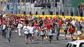 Sementara Hamilton dan Mercedes mengurusi insiden ban, para penonton berhamburan keluar dari tribun untuk menuju tempat podium. (REUTERS/Giampiero Sposito)