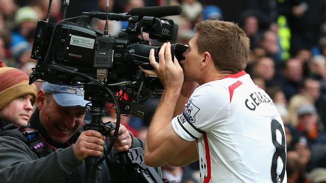 Salah satu 'ulah khas' mantan kapten Liverpool, Steven Gerrard saat merayakan gol di Old Trafford adalah mencium lensa kamera televisi. Itu pertama kali dilakukannya pada musim 2008/09 ketika Liverpool menang 4-1 di Old Trafford. Ia melakukannya lagi pada musim 2013/14 saat Liverpool menang 3-0. (Getty Images/Alex Livesey)