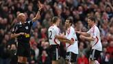 Javier Mascherano (kedua dari kanan) kecewa berat ketika mendapatkan kartu merah karena telalu keras protes saat Liverpool tandang ke markas Manchester United, Old Trafford, 23 Maret 2008. Dalam pertandingan itu MU menang 3-0. (Getty Images/Richard Heathcote)