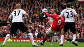 Saling mengejar gol terjadi di Old Trafford saat Manchester United menjamu Liverpool pada paruh pertama musim 2010/11, 19 September 2010. MU memenangi laga itu dengan skor 3-2. Publik Old Trafford pun berterima kasih pada Dimitar Berbatov (9) yang mencetak hat-trick.(Getty Images/Alex Livesey)