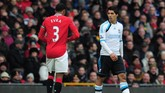 Luis Suarez (kanan) dan Patrick Evra (kiri) juga memanaskan persaingan Liverpool dan Manchester United. Usai menjalani skorsing 8 partai karena melontarkan ucapan rasial terhadap Evra, Suarez menolak berjabat tangan dengan bek asal Perancis itu di Old Trafford, 11 Februari 2012. (Getty Images/Shaun Botterill)