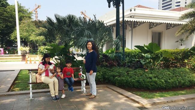 Taman Kompleks Balai Kota, tepatnya di depan Gedung Blok G, Pemprov DKI, dilengkapi 10 kursi taman. Pengunjung bisa duduk santai sambil menikmati angin semilir dan berbincang bersama kawan atau keluarga.