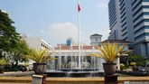 Di Gerai Dekranasda di Gedung Blok G lantai 1 yang bertetangga dengan Balai Kota, anda bisa membeli kerajinan khas Jakarta. Sementara di Pelataran Blok B Balai Kota, disediakan kuliner untuk pengunjung oleh Dinas Koperasi, Usaha Mikro, Kecil, dan Menengah.