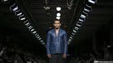 Busana koleksi pria Danjyo Hyoji dengan potongan blazer yang rapi dan aksen kotak yang penuh, yang membuat pakaian ini dapat dipakai dalam berbagai situasi, baik semi formal ataupun ataupun casual. (CNN Indonesia/ Adhi Wicaksono)