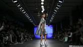 Merek yang digawangi oleh dua sahabat Dana Maulana dan Liza Masitha ini memamerkan koleksi busana perempuan dengan potongan dress klasik bernuansa perak, yang digabungkan dengan aksen sayap sehingga menampilkan kesan futuristik. (CNN Indonesia/ Adhi Wicaksono)
