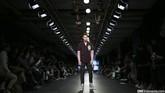 Koleksi Danjyo Hyoji di Men's Fashion musim ini tampaknya serius mengawinkan sisi formal dengan casual kaum urban. Blazer dengan sedikit print di bagian dada juga bisa dipadankan dengan lengan panjang. (CNN Indonesia/ Adhi Wicaksono)