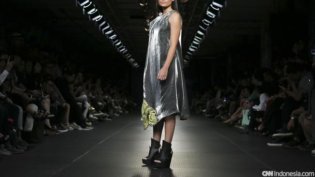 Loose dress bernuansa silver dengan sedikit aksen kembang di bagian bawah memberikan kesan yang kuat tapi tak menghilangkan sisi femininnya. (CNN Indonesia/ Adhi Wicaksono)