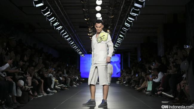 Smart casual, Danjyo Hyoji menerjemahkannya dalam makna yang berbeda. Tumpukan bahan celana selutut, serta print pop art yang besar di salah satu sisi blazer.