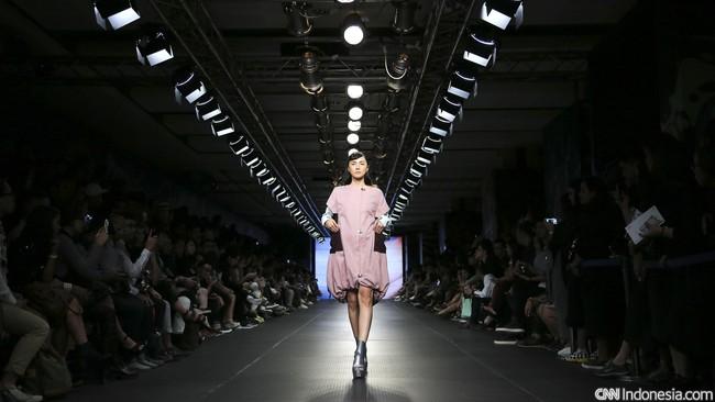 Loose dress dengan aksentuasi kerutan di tepi bawah dapat menonjol kepribadian Anda yang dinamis. (CNN Indonesia/ Adhi Wicaksono)