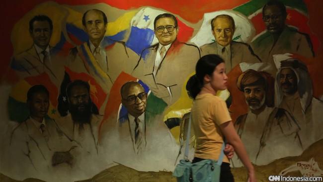 Tahun ini, bila masih hidup, Basoeki Abdullah genap berusia 100 tahun. Sepanjang kariernya, sang maestro telah melukis sejumlah tokoh dunia, pahlawan nasional, ibu negara, hingga Nyi Roro Kidul. (CNN Indonesia/Safir Makki)