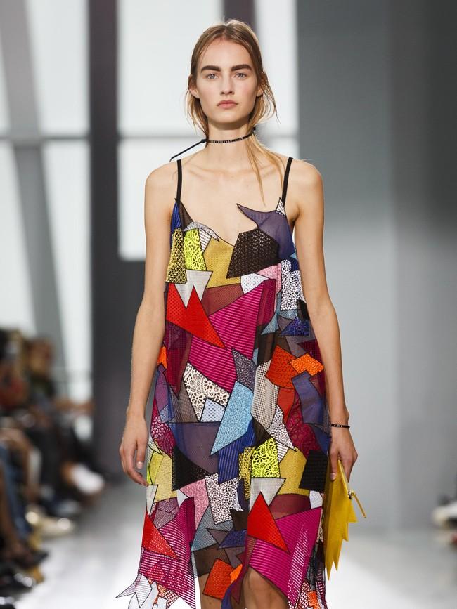 Di atas catwalk terdapat sebuah gaun cocktail yang dihias dengan pecahan plastik berwarna terang. Kane mempertahankan gaya busananya dengan detail tali pengaman dan ikat pinggang yang jadi ciri khasnya.