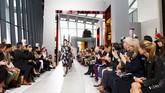 London Fashion Week menghadirkan kreasi desainer Christopher Kane pada Senin (21/9). Pagelaran busananya dipentaskan di Sky Garden, di puncak gedung Walkie Talkie, sebuah gedung yang menjanjikan pemandangan indah di London.