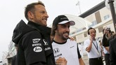 Fernando Alonso yang memutuskan hengkang dari Ferrari ke McLaren justru mengalami musim yang kurang menggembirakan bersama Jenson Button. Mobil mereka berkali-kali mengalami gagal finis. (REUTERS/Toru Hanai)