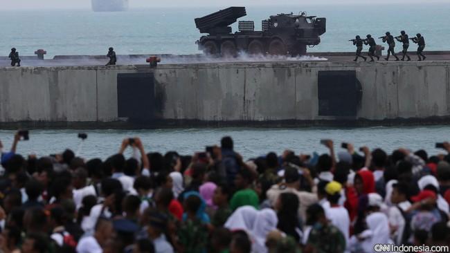 Demo tempur laut dan udara saat Peringatan ke-70 Hari TNI tahun 2015 di Dermaga Indah Kiat, Cilegon, Senin (5/10). (CNN Indonesia/Safir Makki)
