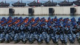 Sejumlah prajurit TNI meneriakan yel-yel saat Upacara Parade dan Defile Peringatan ke-70 Hari TNI di Dermaga Indah Kiat, Cilegon, Senin (5/10). (CNN Indonesia/Safir Makki)