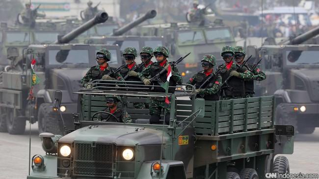 Parade Alutsista TNI saat Peringatan ke-70 Hari TNI tahun 2015 di Dermaga Indah Kiat, Cilegon, Senin (5/10). (CNN Indonesia/Safir Makki)