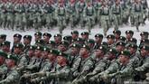 Defile pasukan gabungan TNI saat Peringatan ke-70 Hari TNI tahun 2015 di Dermaga Indah Kiat, Cilegon, Senin (5/10). (CNN Indonesia/Safir Makki)