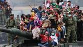 Parade Alutsista TNI mengajak warga naik tank saat Peringatan ke-70 Hari TNI tahun 2015 di Dermaga Indah Kiat, Cilegon, Senin (5/10). (CNN Indonesia/Safir Makki)