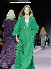 Desainer Giambatista Valli menghadirkan koleksi busana terbarunya di ajang fesyen Paris Fashion Week Spring Summer 2016. (Pascal Le Segretain/Getty Images)
