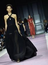 Penerimaan akan cinta ini juga menginspirasi busana ciptaan Valli. Mengutip Now Fashion, Valli mengakui bahwa dia hidup di masa perempuan berpakaian romantis. (Pascal Le Segretain/Getty Images)