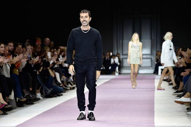 Valli juga menghadirkan koleksi busana untuk pria. Pagelarannya ini menampilkan model Gigi Hadid yang cantik dengan busana berwarna safron dengan detail berlian. (Pascal Le Segretain/Getty Images)