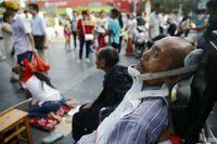 Kadang, agar tak dianggap menipu, Dongdong turut mengajak sang ayah yang didudukkan di kursi roda.