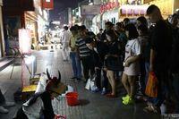 Sejak tiga tahun terakhir, Hao Dongdong menggunakan topeng kepala sapi di pinggir jalan. Ia bahkan bersedia berperan seperti sapi yang bisa ditunggangi dengan bayaran Rp 10 ribu. Dalam sehari, ia bisa mengumpulkan uang Rp 20-600 ribu. (Foto: Shanghaiist)